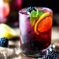 Mimosa Recipe Discover Blackberry Lemon Gin & Tonic Jonathan Stiers Its Monday and you deserve it! Blackberry Lemon GIN AND TONIC! Fancy Drinks, Cocktail Drinks, Cocktail Movie, Cocktail Sauce, Cocktail Attire, Cocktail Shaker, Cocktail Dresses, Vodka Cocktails, Colorful Cocktails