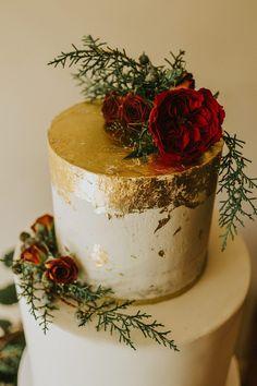 Unique Winter Wedding Cake Decorations in 65 Simple Rustic Winter Wedding Cake Ideas Country Wedding Cakes, Floral Wedding Cakes, Themed Wedding Cakes, Wedding Cake Rustic, Luxe Wedding, Gold Wedding, Wedding Simple, Burgundy Wedding, Diy Wedding Cake Topper