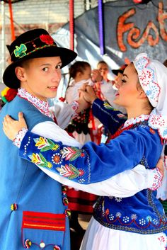 Folk costumes from Rzeszów, Poland [source].
