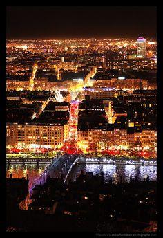 Fête des lumières. Manifestation populaire se tenant à Lyon sur 4 jours entourant le 8 Décembre. Cette fête est un hommage à la Vierge Marie, que la ville vénère depuis le Moyen-Âge. Progressivement devenue un des plus grand rassemblement festif du monde, elle accueille chaque année entre 3 à 4 millions de visiteurs. Pendant la durée de ces festivités, des spectacles de lumières abondent en villes.
