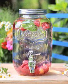 Was braucht es um eine Gartenparty perfekt zu machen? Genau! Sonnenschein und ein fruchtig-leckeres Getränk in der Hand!