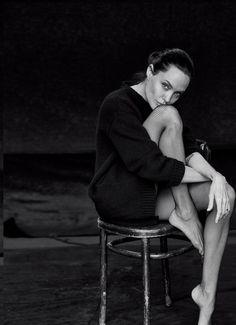 Angelina Jolie by Peter Lindbergh for WSJ Magazine November 2015 Fashion Photography Poses, Photography Women, Portrait Photography, Photography Accessories, Photography Classes, Wedding Photography, Foto Glamour, Shotting Photo, Model Foto