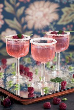 Gin tonic with raspberries - Clean Eating Snacks Yummy Drinks, Yummy Food, Tasty, Good Food, Refreshing Summer Cocktails, Cocktail Drinks, Champagne Cocktail, Ice Cream Smoothie, Canned Blueberries