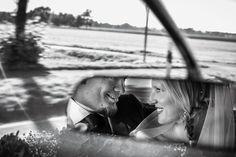 Es ist immer gut, wenn der Hochzeitsfotograf dabei ist - auch im Hochzeitsauto. #hochzeitsauto #braut2018 #braut #hochzeitsvorbereitung #hochzeitsfotograf #hochzeitskleid #brautschleier #rückspiegel #oldtimerfürhochzeit