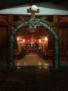 El arco ,los pedestales,el altar ,los medallones y el santidimo todo con tonos rojo y blanco