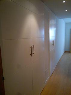 Armario empotrados, lacados en blanco con puertas abatibles. Double Room, Menorca, Bathtub, Bathroom, Ideas, Home, Custom Cabinetry, Custom Furniture, Beach Houses