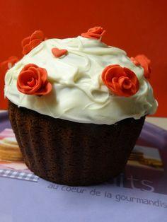 """Suite de la cupcake Party de ma fille .....Voici le """" Giant Cupcake & Red Roses """" ,le gâteau d'anniversaire que je lui ai fait de A à Z et qui faisait également intégralement partie de sa Sweet Table ( bientôt les photos ;) ) .La recette est en ligne sur http://lesdelicesdesandstyle.over-blog.com  NB: besoin de vos votes jusqu'au 24/02/14 en cliquant ici https://www.facebook.com/photo.php?fbid=212523752287487&set=a.212521108954418.1073741833.169860299887166&type=3&theater"""