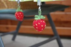 sockshype - Gehäkelte Erdbeere als Tischdeckenbeschwerer