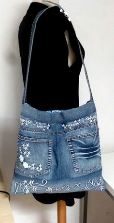 grand sac en jean avec broderies : Sacs bandoulière par nemorosa Jean Purses, Purses And Bags, Hip Purse, Diy Sac, Denim Ideas, Denim Crafts, Jeans Bleu, Boho Bags, Couture Sewing