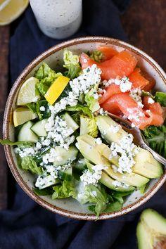 Gesunde Salat-Bowl mit Räucherlachs, Avocado und Hüttenkäse-Dressing. Super einfach, sättigend und in 20 Minuten fertig - Kochkarussell.com