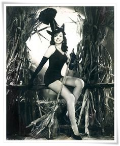Classic Hollywood la actriz Ann Miller, vintage de Halloween de bruja pin-up girl photo Pin Up Vintage, Photos D'halloween Vintage, Weird Vintage, Vintage Style, Halloween Pin Up, Retro Halloween, Vintage Halloween Photos, Happy Halloween, Halloween Quotes