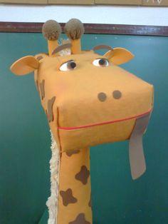 Uma ótima ideia que serve como caixa de leitura. A girafa poderá visitar as salas de aula ou ter seu próprio cantinho. As crianças da minha ... Jungle Decorations, School Decorations, Handmade Decorations, Kids Crafts, Diy And Crafts, September Preschool, Graduation Crafts, Safari Birthday Party, Jungle Party