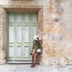 "61.4 mil curtidas, 304 comentários - JULIE SARIÑANA (@sincerelyjules) no Instagram: ""From our last day in Habana. ☀️ @shop_sincerelyjules shorts / Photo by @grantlegan"""