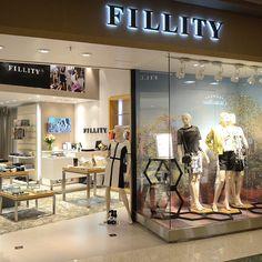 A vitrine da nossa mais nova loja no ParkShopping Barigüi em Curitiba.   Venham conhecer!!!!   E quem ainda não conferiu as peças da coleção Verão 2015, estamos esperando a visita em todas as lojas. Tudo está lindo!  #fillity #fillityverao2015 #verao2015fillity #fillity25anos