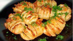 """""""Cartofii acordeon"""" sunt o mâncare extrem de gustoasă și savuroasă, ideală pentru un prânz sau cină. Pentru pregătirea cartofilor veți avea nevoie de5-10 minute, după care se daula cuptor și se coc timp de 40-50 de minute. O mâncare foarte simplă, cu minim efort și resurse care merită încercată. Serviți-o cu verdeață și legume proaspete! …"""