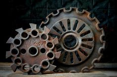 Escultura, realizadas con engranajes.