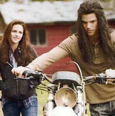 "Image detail for -Check out a few brand new movie stills featuring Jacob and Bella from the upcoming film ""The Twilight Saga: New Moon"" based on the novel by Stephenie Meyer. Twilight Bella And Edward, Jacob And Bella, Twilight Saga New Moon, Vampire Twilight, Twilight 2008, Twilight Saga Series, Twilight Movie, Twilight Photos, Movie Pic"