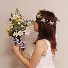 オーダーメイドの花冠&ブーケ♪ お庭でつんできたようなナチュラルなクラッチブーケがおしゃれ。 オーダーお問い合わせはwebsiteからお願いします。http://amarige.ciao.jp