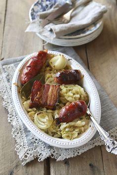 La technique du chou fermenté dans une saumure a été inventée en Chine avant de devenir un plat de référence en Alsace et dans l'est de l'Europe.