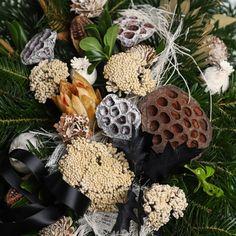 Pietny aranžmán zo živej čečiny, sušín a dekorácie. Wreaths, Halloween, Home Decor, Decoration Home, Door Wreaths, Room Decor, Deco Mesh Wreaths, Home Interior Design, Floral Arrangements