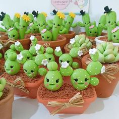 La familia feliz de los cactus/The Happy family of the cactus Polymer Clay Kawaii, Polymer Clay Charms, Polymer Clay Projects, Clay Crafts, Diy Clay, Fun Crafts, Polymer Clay Miniatures, Polymer Clay Creations, Handmade Polymer Clay
