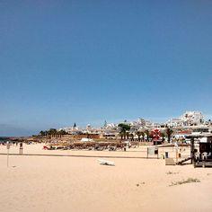 a praia da luz não precisa de filtros! :D #praiadaluz #luz #lagos #algarve #nofilter #summer #sunshine #bluesky #beach #beachlife <3