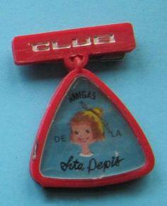 El pin de plástico del Club de las Amigas de la Srta. Pepis.