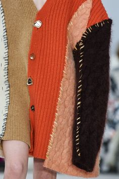 Marni Fall 2020 Ready-to-Wear Fashion Show Details: See detail photos for Marni Fall 2020 Ready-to-Wear collection. Look 46 Jumper, Wrap Sweater, Chunky Cardigan, Fashion 2020, Fashion Show, Fashion Design, Fashion Trends, Fashion Details, Fashion Fashion