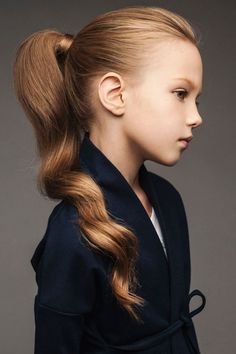 Curly short hair styles always look adorable on little girls. As a result, we see many young girls sport curls. Fashion Kids, Little Girl Fashion, Little Girl Hairstyles, Trendy Hairstyles, Natural Hairstyles, Short Haircuts, Pelo Lolita, Beauté Blonde, Look Girl