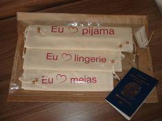 O Kit contém três saquinhos feitos em algodão cru com as mensagens estampadas personalizadas para meias, pijama e lingeries.  Eu amo...  Meias (aproximadamente 26x36cm )  Lingerie (28x41cm )  Pijama (33x46cm )  Acompanha a embalagem em papel kraft e celofane.  Ideal para presentear!
