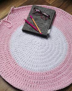 """""""Pinkowy"""" dzień   Dziś ciąg dalszy różowo - białego zamówienia  #motkisplotki #crochetrug #dywanzesznurka #dywan #cottonrug #szydełko #interior #forroom #forhome #crochetaddict #okularnica #różowomi #wystrójwnętrz #bydgoszcz #sploty #szydełko #cottoncord #handmade #byhands #rękami #hobby #scandicstyle #perfectcircles #binokle #mylove #passion #work #diary #pen #pinklife #white"""