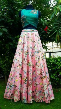 Lehenga floral para una recepción al aire libre o una boda india Western Dresses, Indian Dresses, Indian Outfits, Ethnic Dress, Indian Ethnic Wear, Red Lehenga, Anarkali, Floral Lehenga, Lehenga Skirt