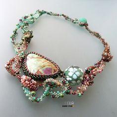 Madeira !!! Sleva z 1390,- !!! Nebeský freeformový náhrdelník laděný do něžných pastelových tónů. Nádherná vinutá perla od Sanstyle mu dodává ještě více lehkosti... materiál: pastelová freeformová směs z japonského a českého rokailu, vinutá perla od Sanstyle, kabošon ruby v zoisitu, valounky bronzitu - délka náhrdelníku cca 46 cm, průměr vinuté perle 2 cm - ...