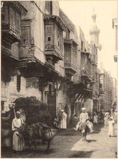 القاهرة .. مشهد غاية فى الروعة .. المنازل العتيقة و حركة الناس وبساطتهم ... حوالى 1875م