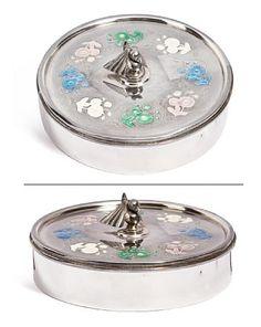 BONBONNIERE  Sterling sølv og emalje. J. Tostrup. Art Deco. Lokknapp formet som en fugl stå midt i en blomsterkrans i flerfarget speilemalje. Enamel, Boxes, Shapes, Norway, Art Deco, Vitreous Enamel, Crates, Enamels, Box