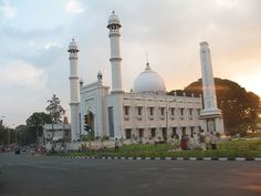 Juma Masjid The Juma Masjid, Palayam Mosque is the most important mosque in Thiruvananthapuram. In Palayam, the mosque has a temple and a Christian church as its neighbours, establishing the communal harmony of Keralites