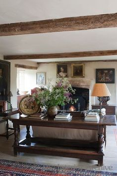 Unbelievable English cottage style with beams art books flowers low ceilings fireplace and a thatched roof somewhere? The post English cottage style with beams art books flowers low ceili . Classic Home Decor, Classic House, Farmhouse Sofa Table, Farmhouse Fireplace, Farmhouse Furniture, Farmhouse Stairs, Rustic Sofa, Fireplace Art, Cottage Fireplace