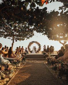 Hochzeit von Camila Queiroz und Klebber Toledo am Strand von Jericoacoara . Beach Wedding Bouquets, Beach Theme Wedding Invitations, Beach Wedding Centerpieces, Beach Weddings, Beach Ceremony, Wedding Ceremony, Wedding Venues, Destination Wedding Locations, Wedding Places