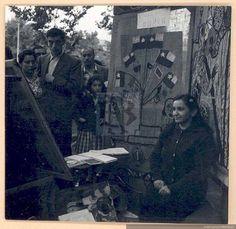 Violeta Parra junto a uno de sus tapices en una feria artesanal, hacia el año1960. (Fb: procultura)