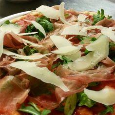 Pizza Romana bassa e croccante con Rucola, scaglie di Grana e Crudo di Parma 16 mesi...più che una pizza è un'opera d'arte!