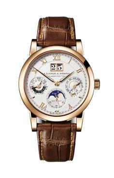 Die LANGEMATIK PERPETUAL ist die weltweit erste mechanische Armbanduhr, in der ein ewiges Kalendarium mit Großdatumsanzeige realisiert werden konnte. Der ewige Kalender zeigt Datum, Wochentag und Monat automatisch richtig an. Dabei berücksichtigt er die unterschiedlichen Monatslängen und auch die der Schaltjahre.