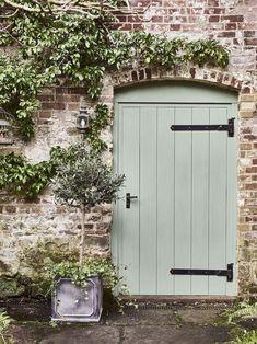 85 Stunning Small Cottage Garden Ideas for Backyard Inspiration - DoitDecor Small Cottage Garden Ideas, Garden Cottage, Backyard Cottage, Painted Shed, Painted Doors, Painted Bricks, Green Front Doors, Front Door Colors, Garden Doors