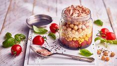 Zdravý tuňákový salát s kukuřicí, kuskusem, cizrnou a rajčaty Hummus, Sushi, Oatmeal, Beans, Pudding, Vegetables, Breakfast, Desserts, Recipes