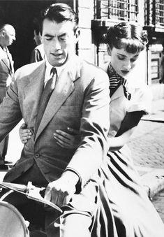 """Gregory Peck y Audrey Hepburn en """"Vacaciones en Roma"""" (Roman Holiday), 1953 Golden Age Of Hollywood, Vintage Hollywood, Hollywood Stars, Classic Hollywood, Hollywood Images, Gregory Peck, Brigitte Bardot, British Actresses, Actors & Actresses"""