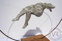 """Corps de femme modelé en papier journal verni, maintenu par des fils élastiques transparents au centre d'un cercle de métal. Sur socle cubique de bois de noyer. """"Apesanteur I"""" par Vanessa Renoux, 2015"""