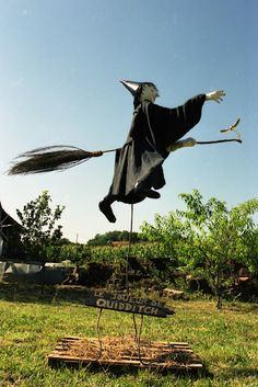 15 unique DIY scarecrow ideas for kids to make this Halloween more fun With Halloween comes Jack O 'lanterns and scarecrows! And what better way to celebrate than DIY scarecrow ideas so that children get in th. Halloween Prop, Halloween Yard Decorations, Holidays Halloween, Vintage Halloween, Halloween Halloween, Halloween Makeup, Vintage Witch, Scarecrow Festival, Diy Scarecrow