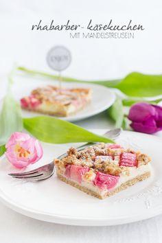 Rhubarb cheesecake with Mandelstreuseln