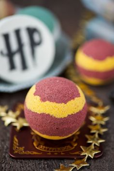Harry Potter Bath Bombs DIY Hogwarts Gryffindor Bath Bomb - the best handmade gift for Harry Potter fans!DIY Hogwarts Gryffindor Bath Bomb - the best handmade gift for Harry Potter fans! Harry Potter Bath Bomb, Harry Potter Diy, At Home Spa Kit, Harry Potter Bricolage, Homemade Bath Bombs, Bubble, Bath Bomb Recipes, Bath Fizzies, Homemade Beauty
