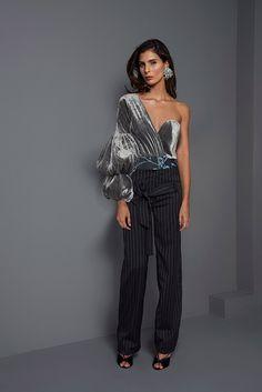 Johanna Ortiz Fall 2017 Ready-to-Wear Fashion Show Collection: See the complete Johanna Ortiz Fall 2017 Ready-to-Wear collection. Look 44 Fashion Week Paris, Fashion 2017, Love Fashion, Runway Fashion, Fashion News, High Fashion, Fashion Show, Fashion Outfits, Womens Fashion