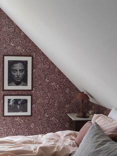 Dit behang past het beste bij jouw sterrenbeeld - Alles om van je huis je Thuis te maken   HomeDeco.nl Swedish Wallpaper, Pink Wallpaper, Pattern Wallpaper, Vintage Room, Vintage Stil, Vintage Table, Asian Design, Nocturne, Perfect Wallpaper